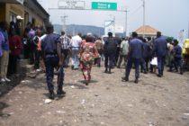 Goma : Petite Barrière, certains agents de DGM monnayent le jeton pour la traversée.